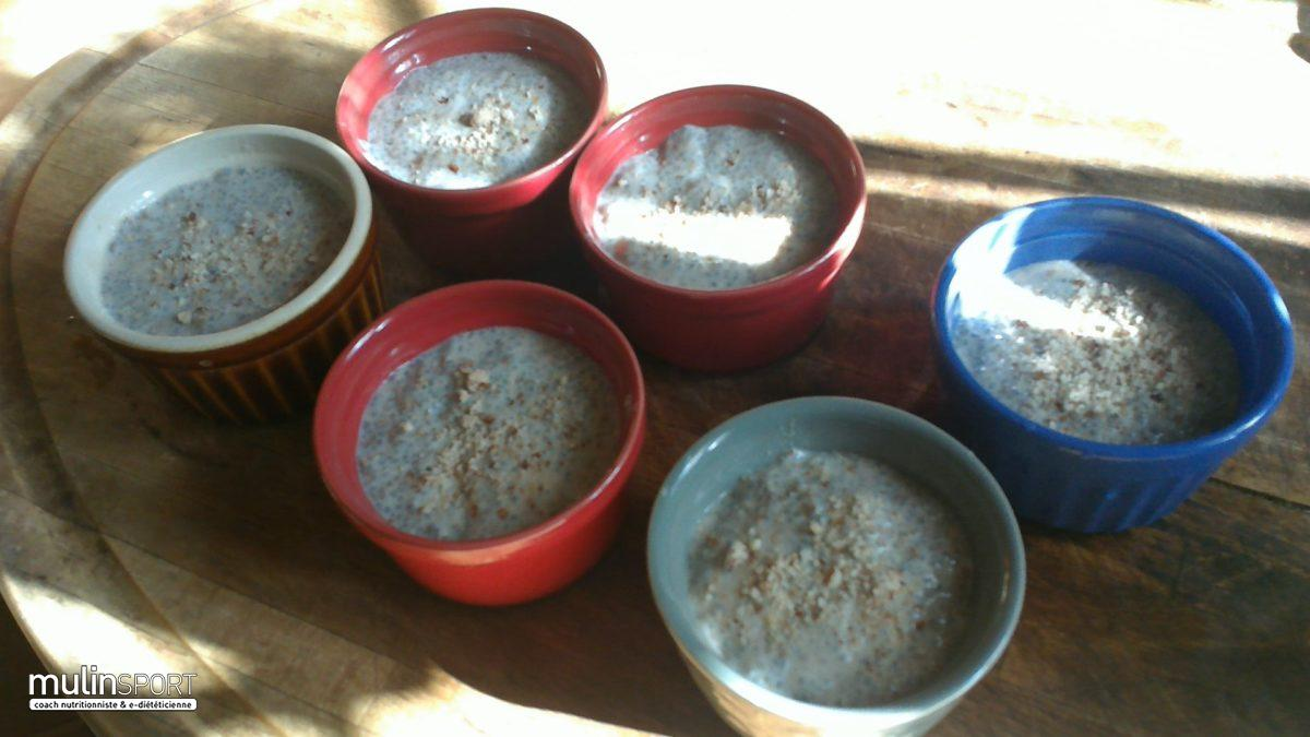 Ramequin de graines de chia à la banane, cannelle et poudre d'amande sans gluten
