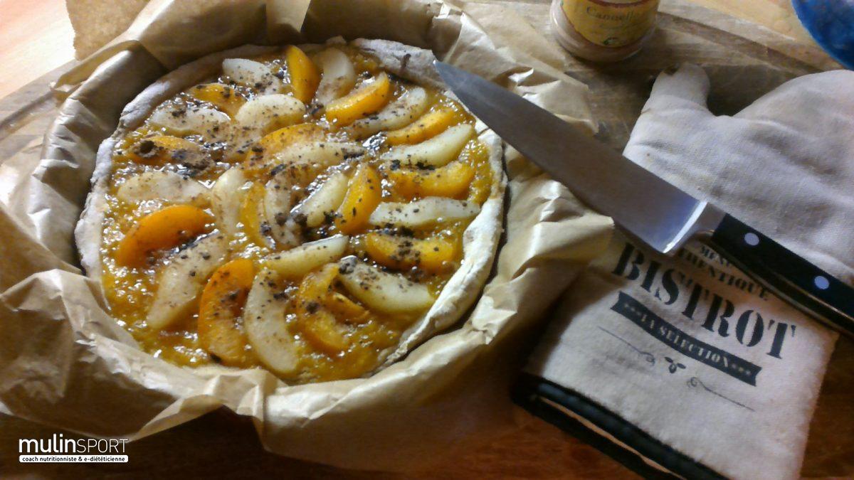 Tarte lupin, blés anciens…poires, pêches sur lit de compote d'orange au cacao et cannelle peu de gluten